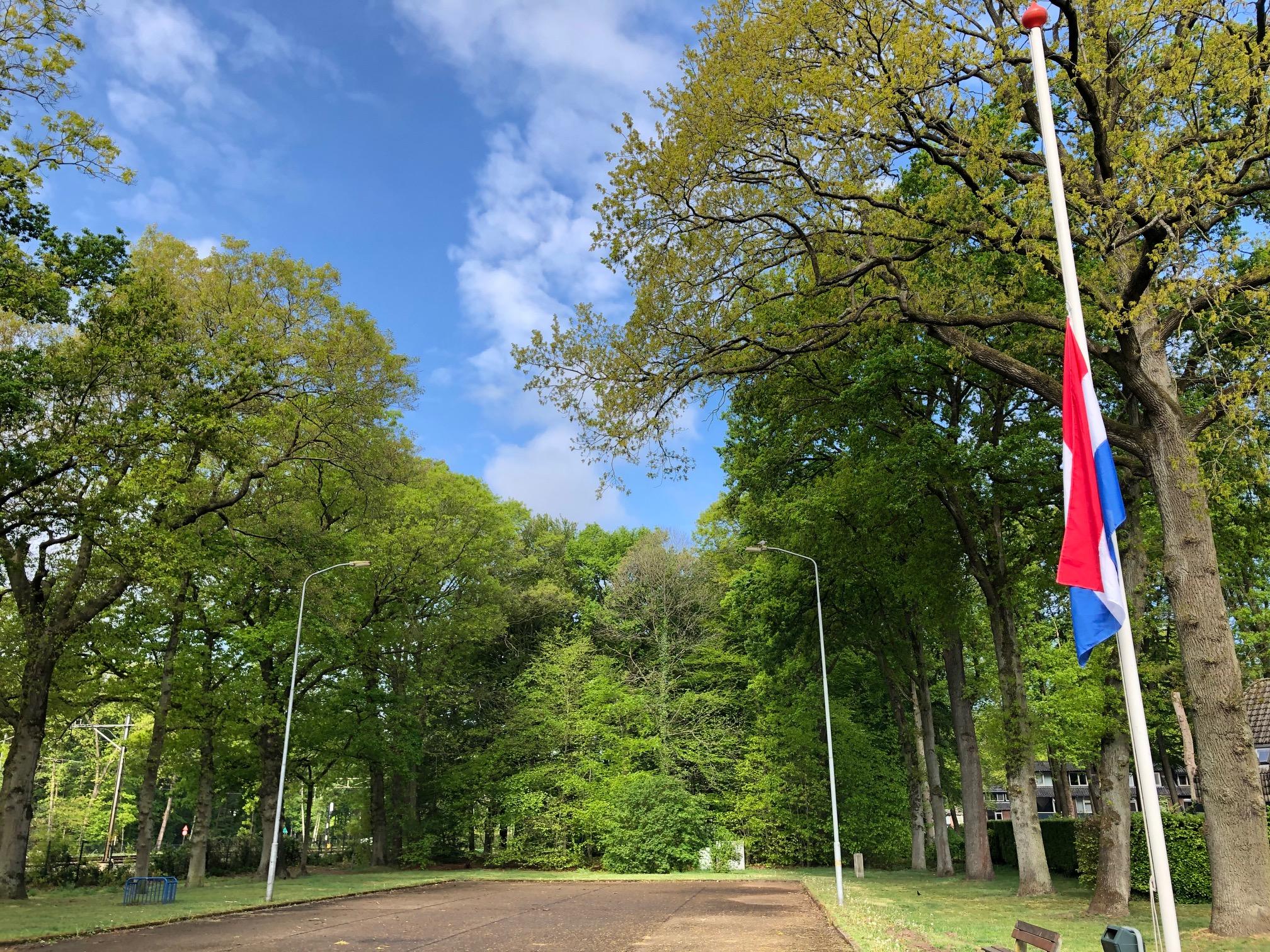 Vlag halfstok plein van Mesdagweg